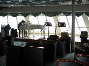 グランドピアノで船上レッスン